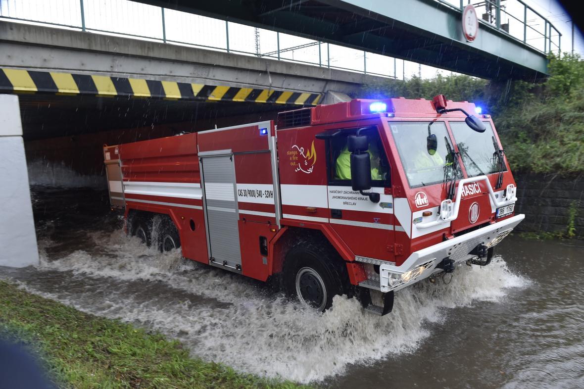 Přívalové deště způsobily lidem komplikace v mnoha oblastech po celé České republice