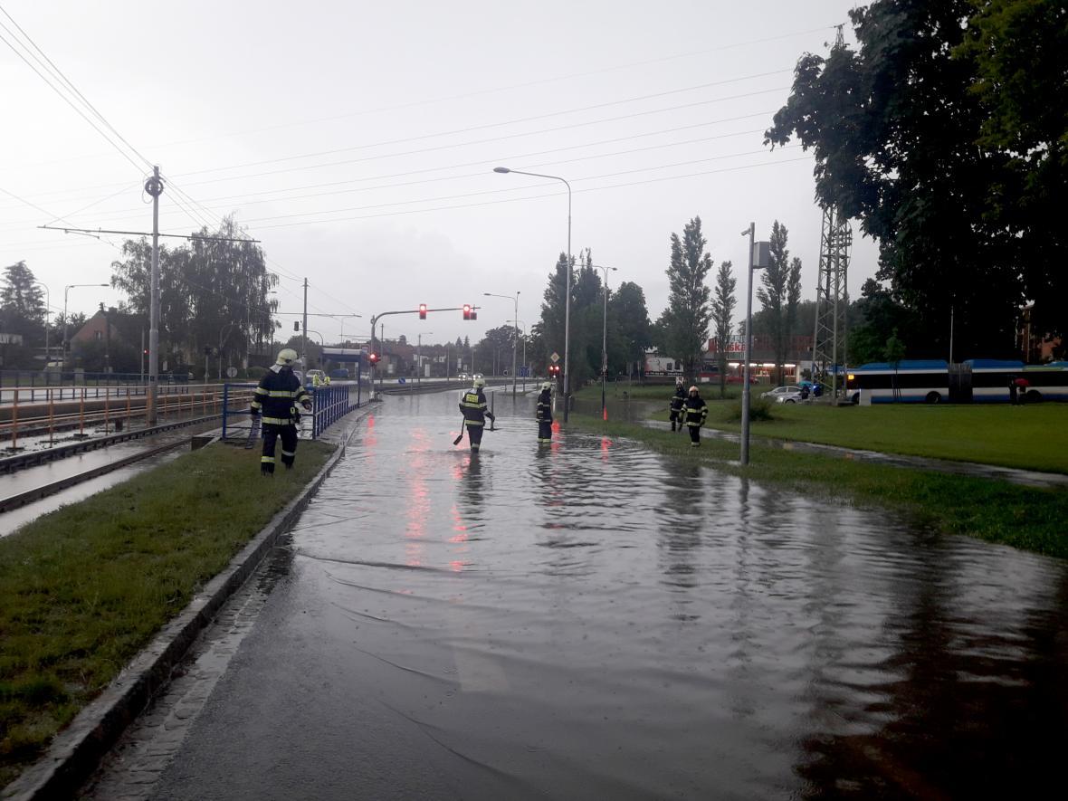 Hasiči zasahovali 18. června večer na křižovatce Martinovské a Provozní ulice v ostravě, kde se po silném dešti vytvořila vodní laguna