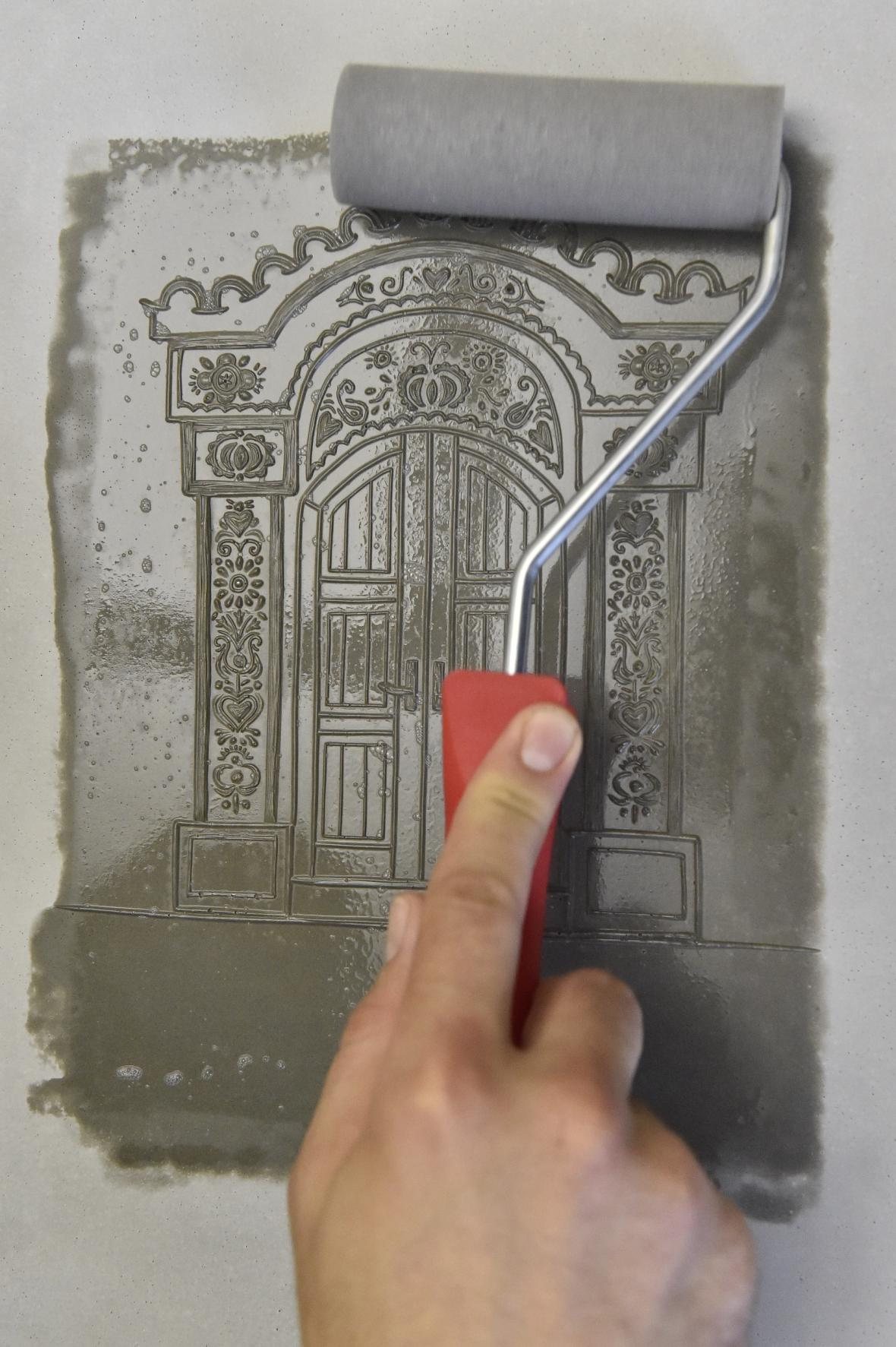 Brněnští umělci spojili techniku linorytu s betonem