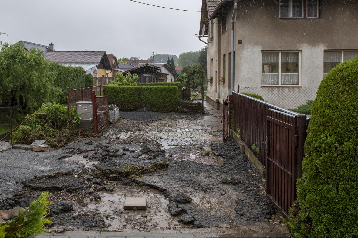 Lidé v Tutlekách na Rychnovsku odstraňovali 19. června 2020 následky lokální povodně, která obec zasáhla předchozího dne odpoledne. Voda poškodila místní komunikace a zatopila několik domů