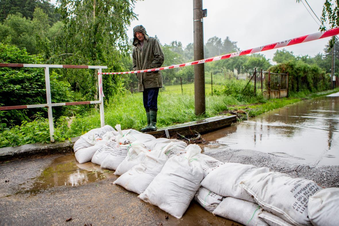 Hasiči pomáhali lidem v Tutlekách na Rychnovsku odstraňovat 19. června následky lokální povodně
