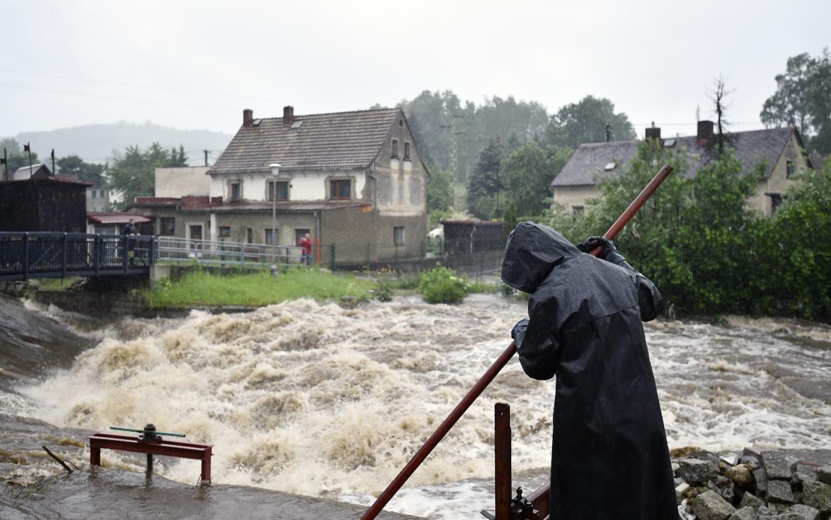 Deště rozvodnili řeku Smědá v Hejnicích