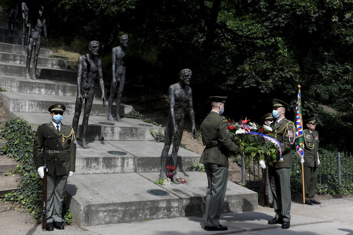Pietní shromáždění u pomníku obětem komunismu na pražském Újezdě