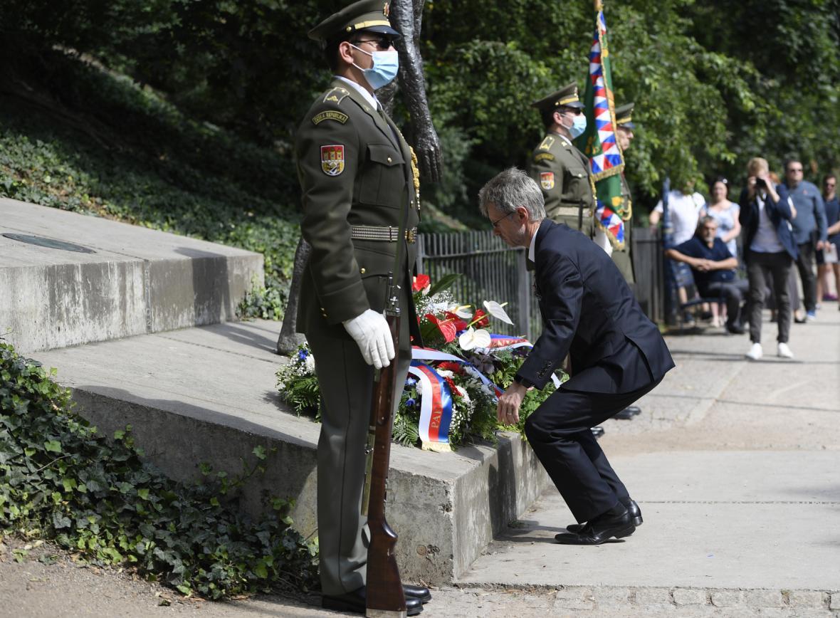 Předseda Senátu na pietním shromáždění u pomníku obětem komunismu na pražském Újezdě