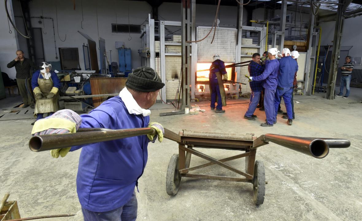 Skláři v Květné instalovali šamotové pánve