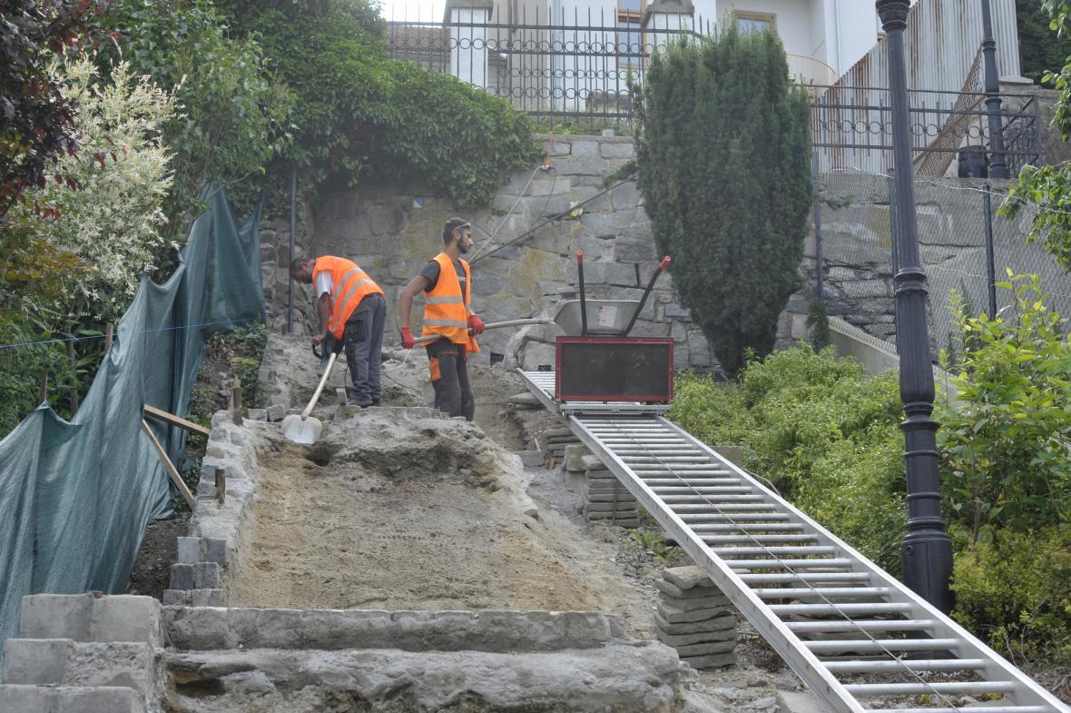 Dělníci v Hranicích opravují Židovské schody