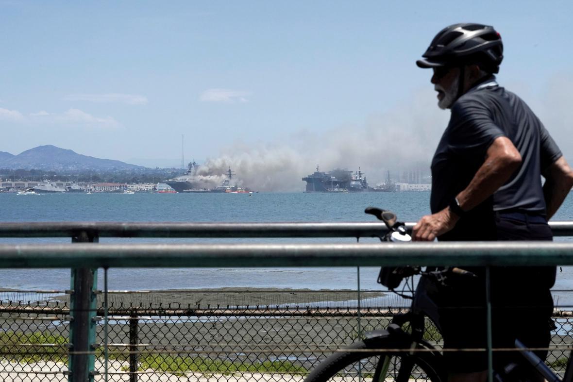 Požár na americké vojenské lodi U.S.S. Bonhomme Richard