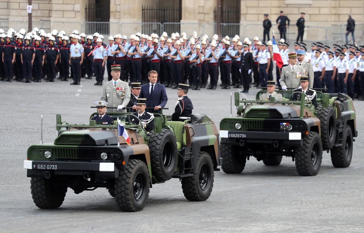 Francouzský prezident Emmanuel Macron během vojenské přehlídky