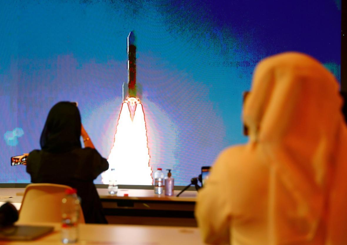 Start japonské kosmické rakety H-IIA s centra vesmírných letů Tanegashima. Raketa sebou nese monitorovací zařízení k planetě Mars