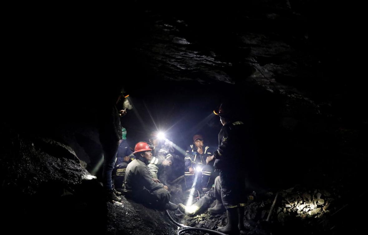 Sběrači zlata na úpatí andského ledovce v Peru používají vodu a rtuť, aby z kamenné suti vytěžili kousky zlata