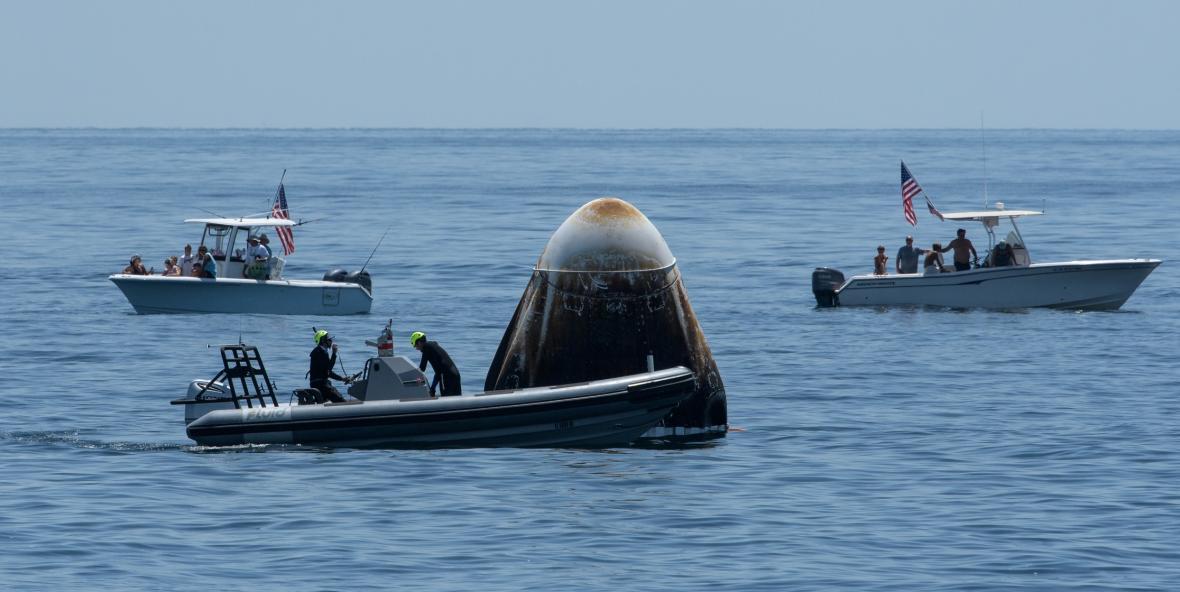 Přistání kosmické loď SpaceX Crew Dragon Endeavour v Mexickém zálivu u pobřeží Pensacola na Floridě
