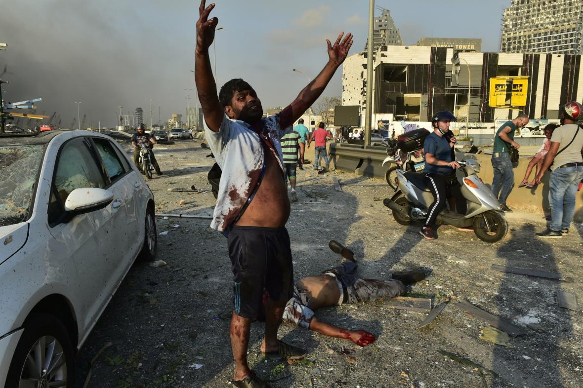 Poblíž místa výbuchu se stále nacházejí zranění lidé, kteří potřebují lékařskou pomoc