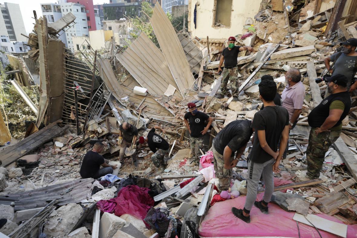 Záchranáři společně s civilisty odklízejí trosky a hledají přeživší