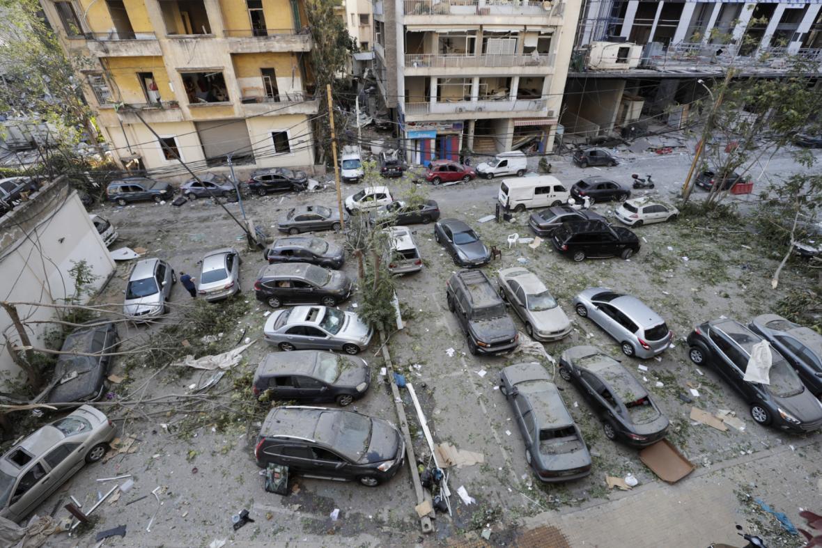 Auta stojící na parkovišti v obydlené oblasti Bejrútu