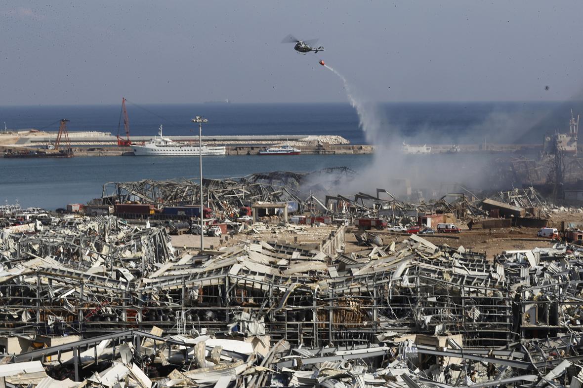 Armádní helikoptéra hasí hořící požár v bejrútském přístavu