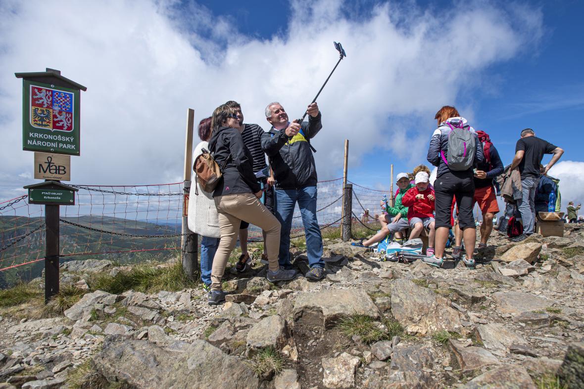 Turisté na opravované stezce z Růžové hory na Sněžku