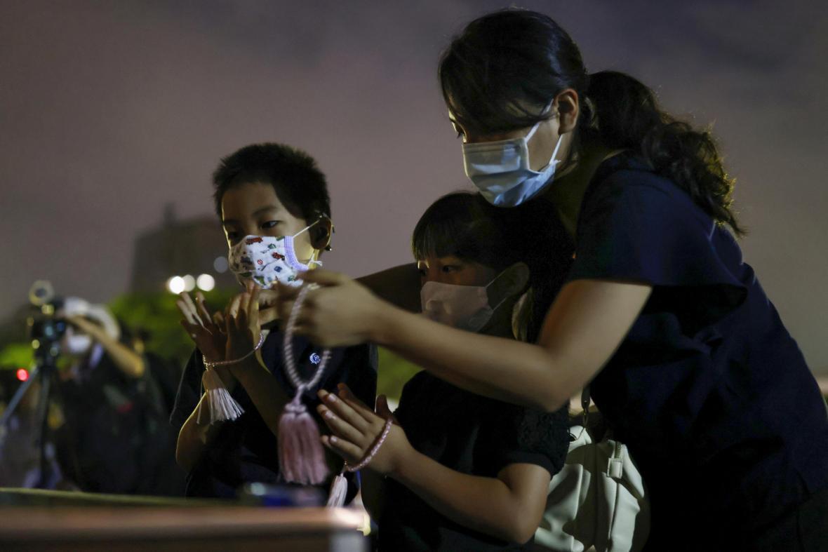 Pietní ceremonie v hirošimském Parku míru se letos mohli kromě politiků zúčastnit jen přeživší a jejich příbuzní
