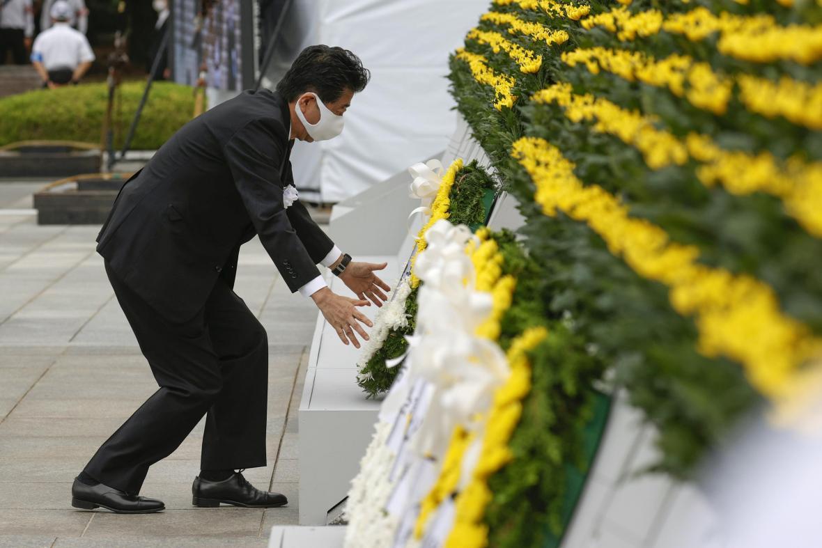 Japonský premiér Šinzó Abe na pietní akci