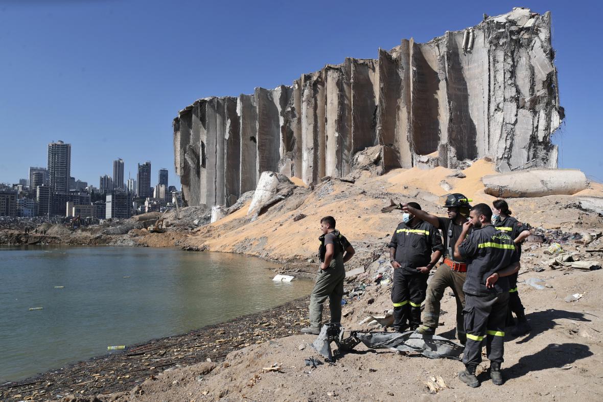 Lidé v domech bez oken, hasiči prohledávající trosky, slzy a těžká technika. Tak vypadá Bejrút tři dny po výbuchu