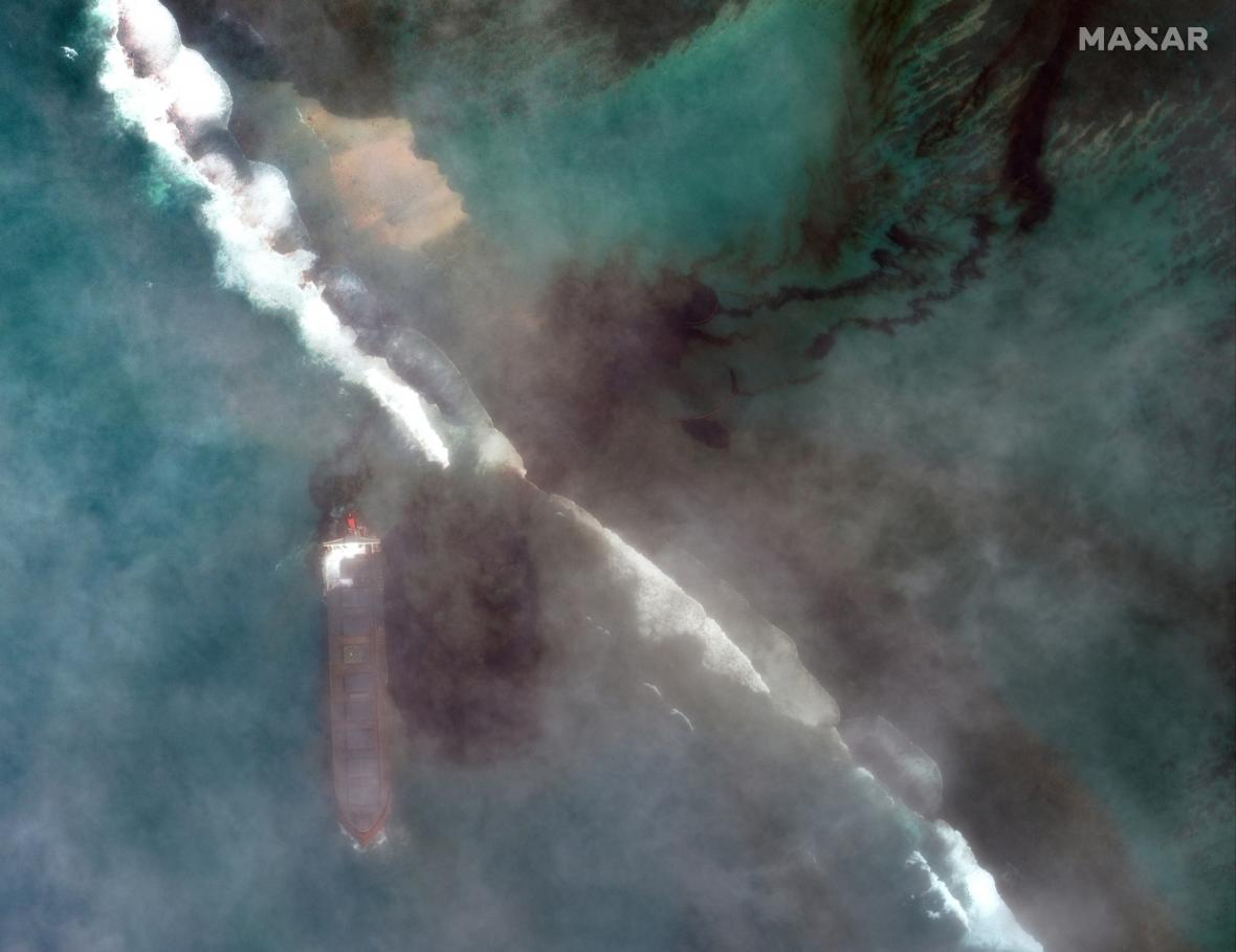 Japonská námořní loď MV Wakashio způsobila u pobřeží ostrova Mauricius ekologickou katastrofu