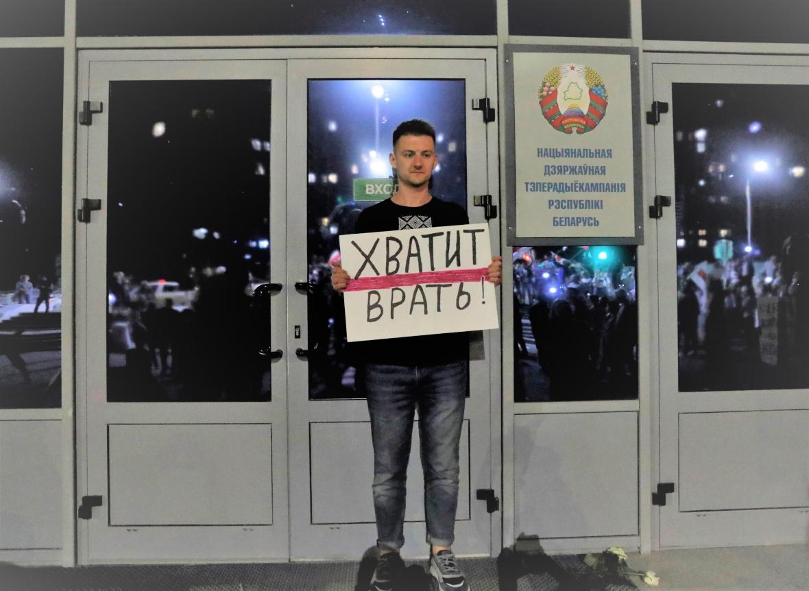 Demonstrant s nápisem