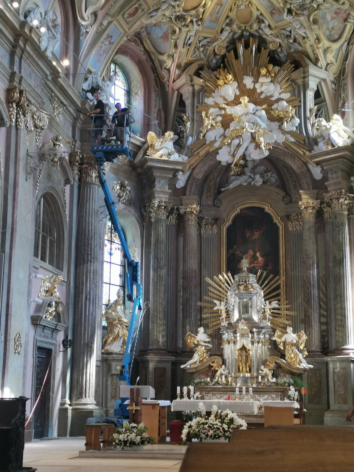 Restaurátoři dokončují poslední práce v bazilice