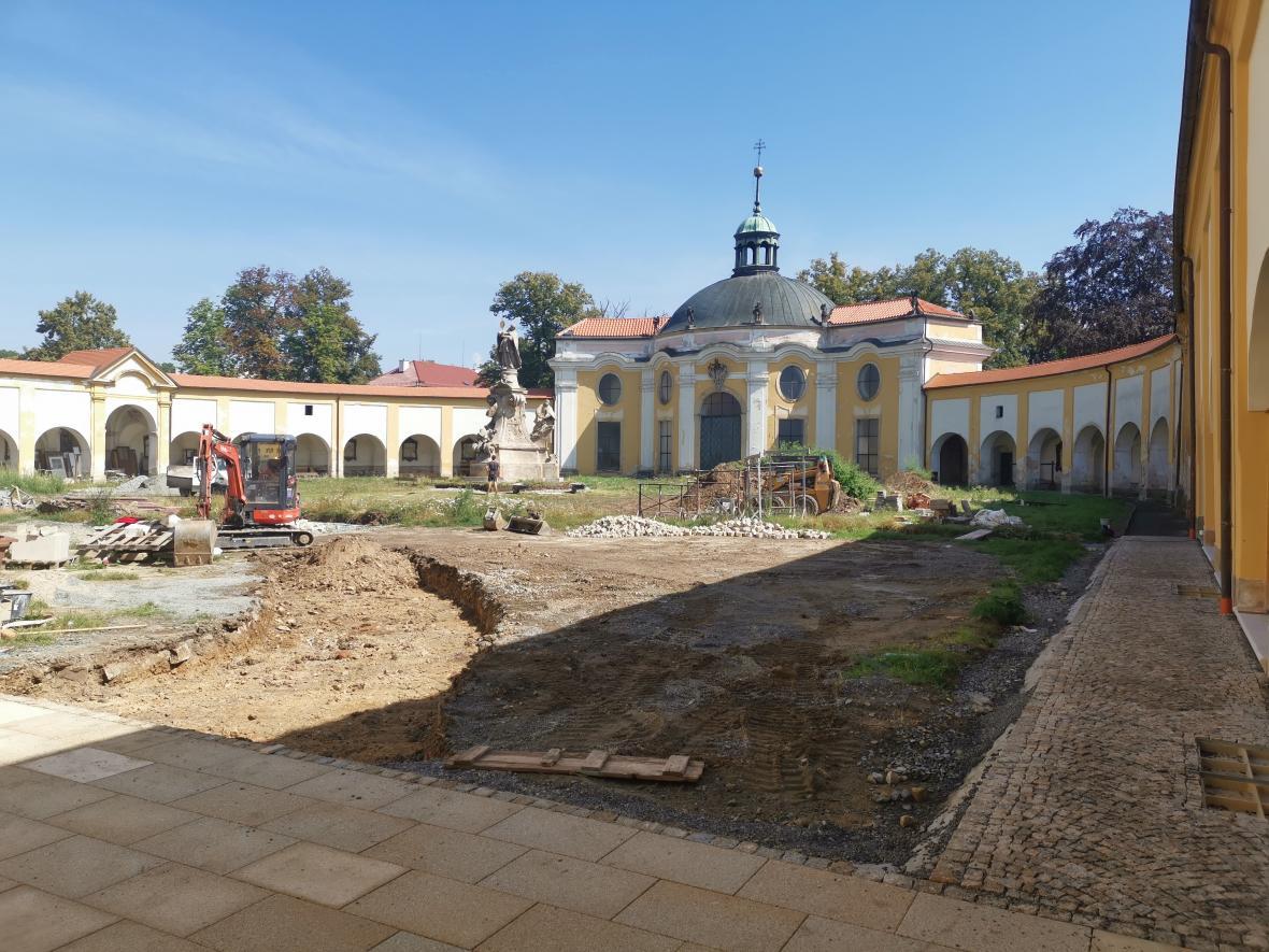 Práce nyní probíhají také na nádvoří svatokopecké baziliky