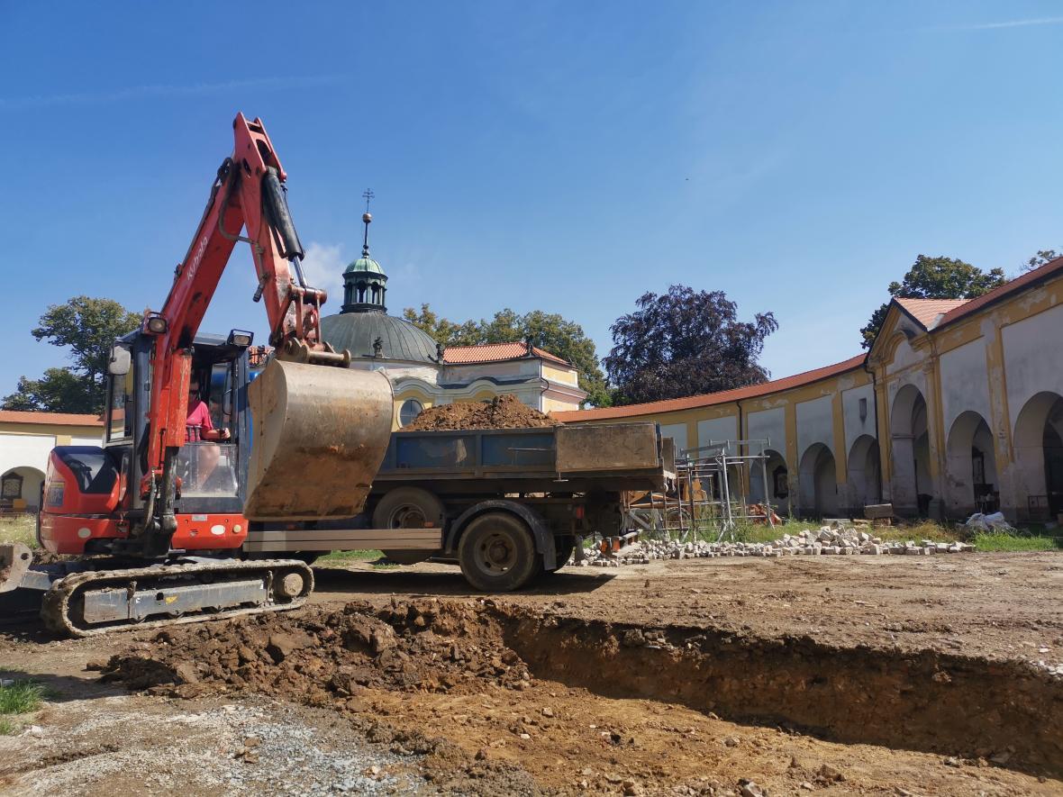 Práce nyní probíhají také na nádvoří svatokopecké baziliky a krytém ochozu