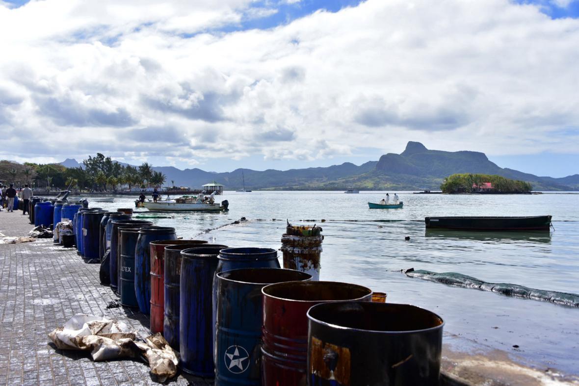 Na Mauriciu havaroval japonský tanker. S úklidem pomohli i místní