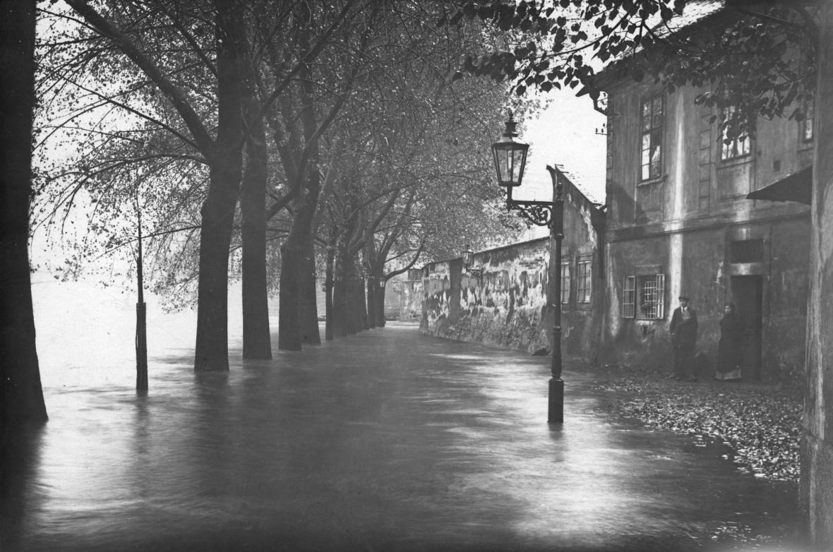 Povodeň v roce 1890 zdevastovala část Karlova mostu