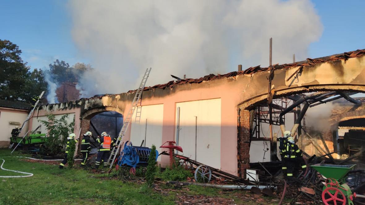 Požár v areálu zámku v Újezdu nade Mží