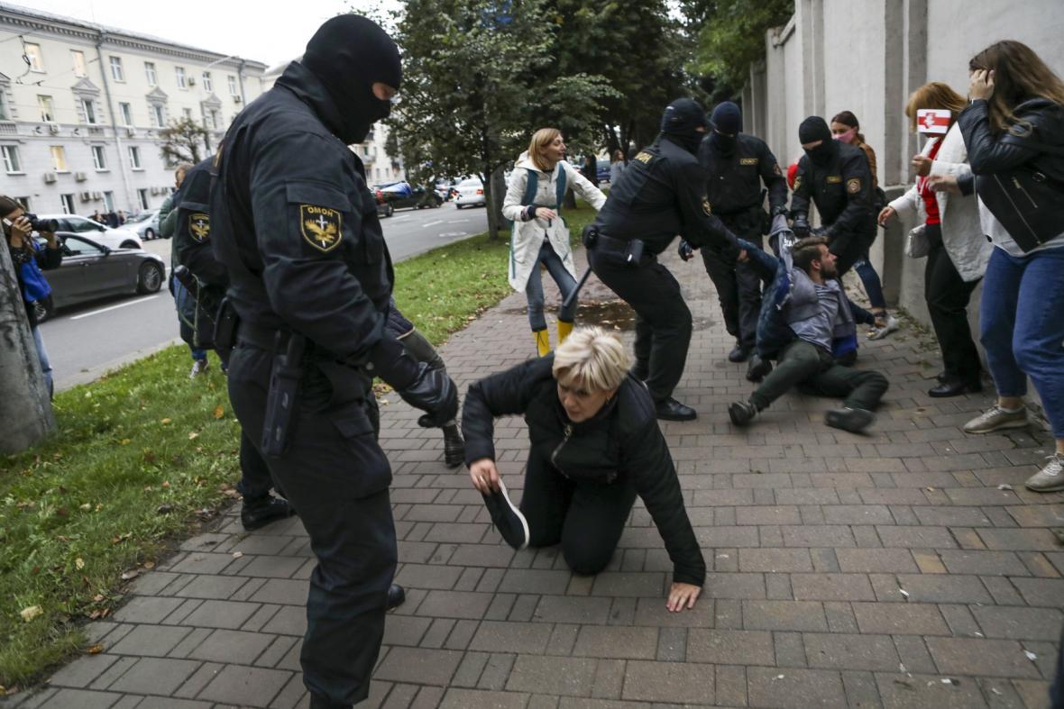 Demonstrace běloruských žen na podporu opoziční vůdkyně Maryje Kalesnikavové
