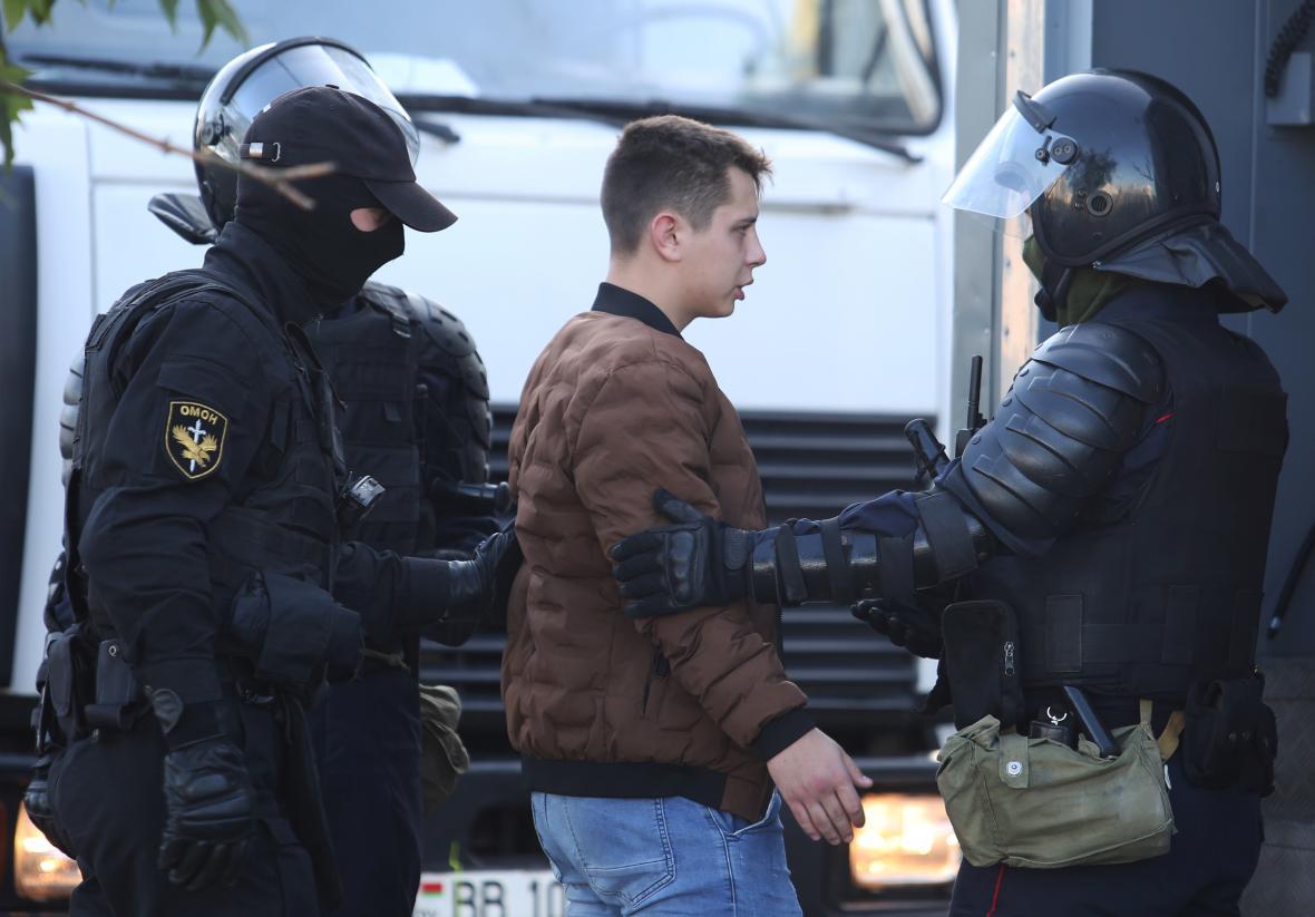 Zatýkání demonstranta v Minsku