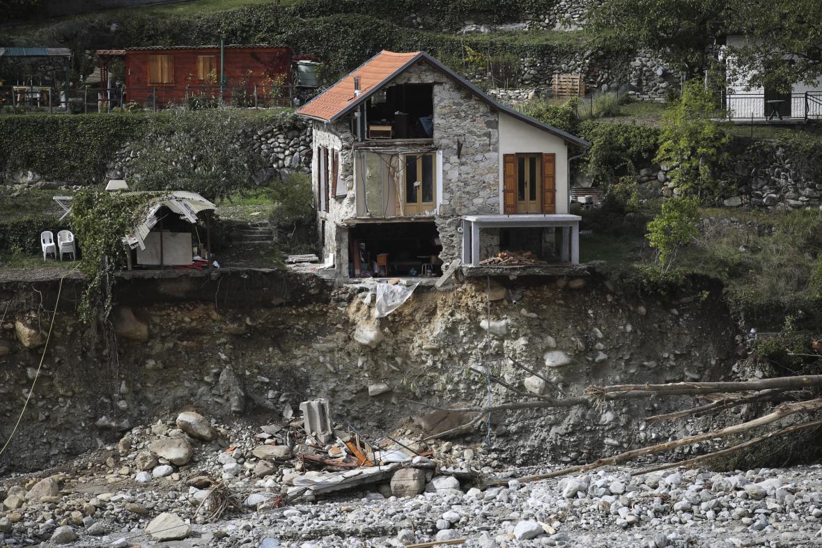 Rozsáhlé záplavy na jihovýchodě Francie a severozápadě Itálie si od pátku vyžádaly nejméně 12 obětí. Pátrání po dalších osobách pokračuje