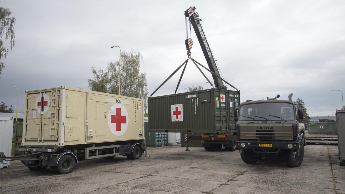 Vojáci v Hradci nakládají materiál pro polní nemocnici