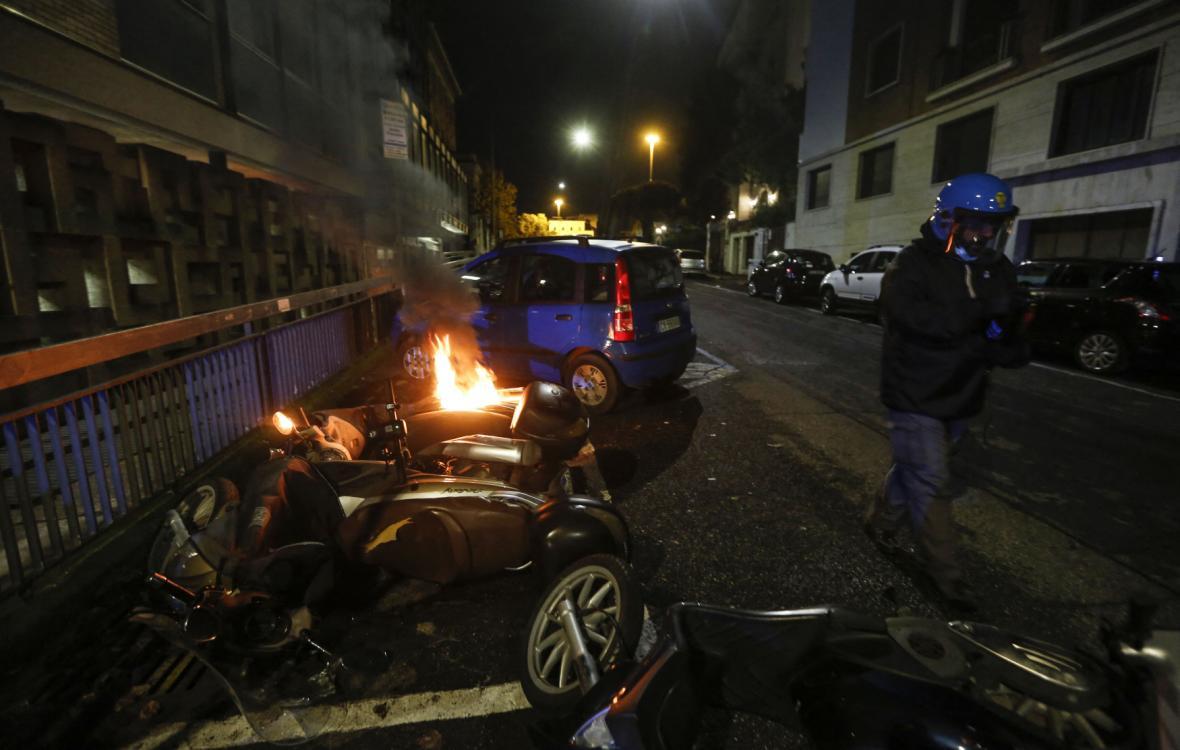 Demonstrující v ulicích Říma způsobili značné škody na cizím majetku