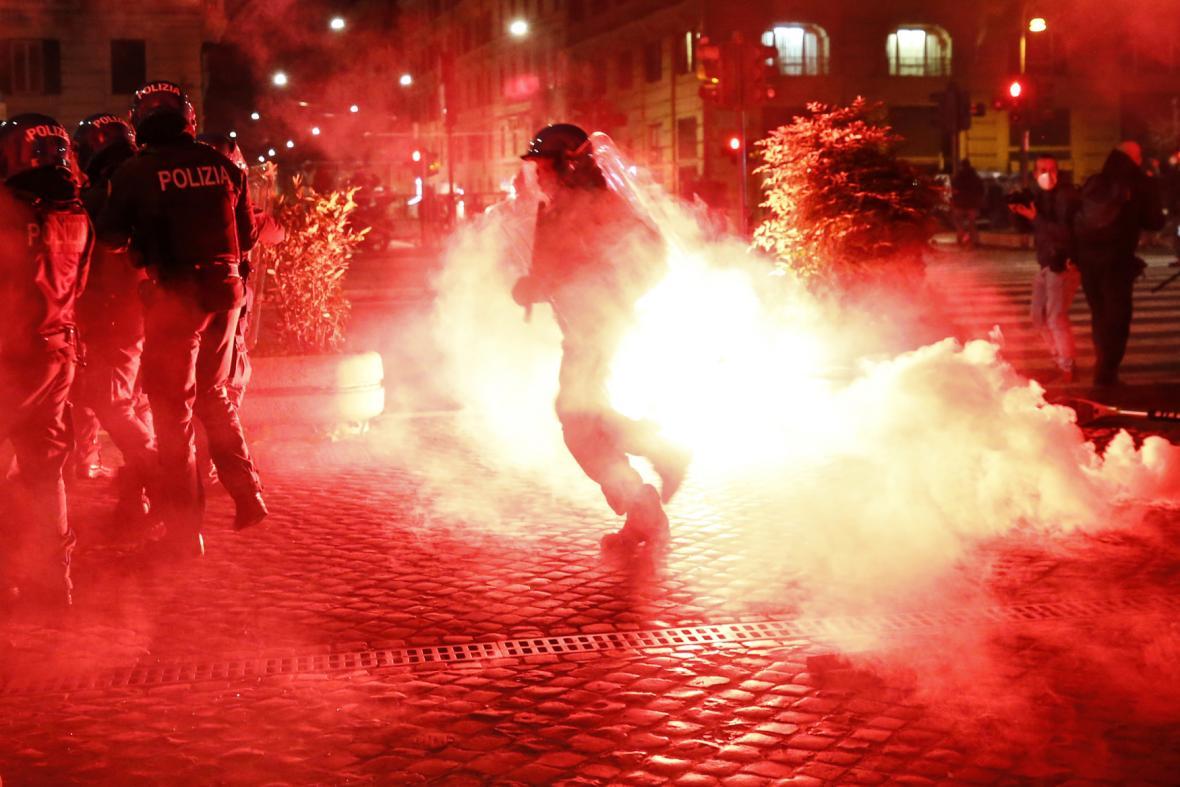 Protestující v centru metropole házeli na policisty světlice