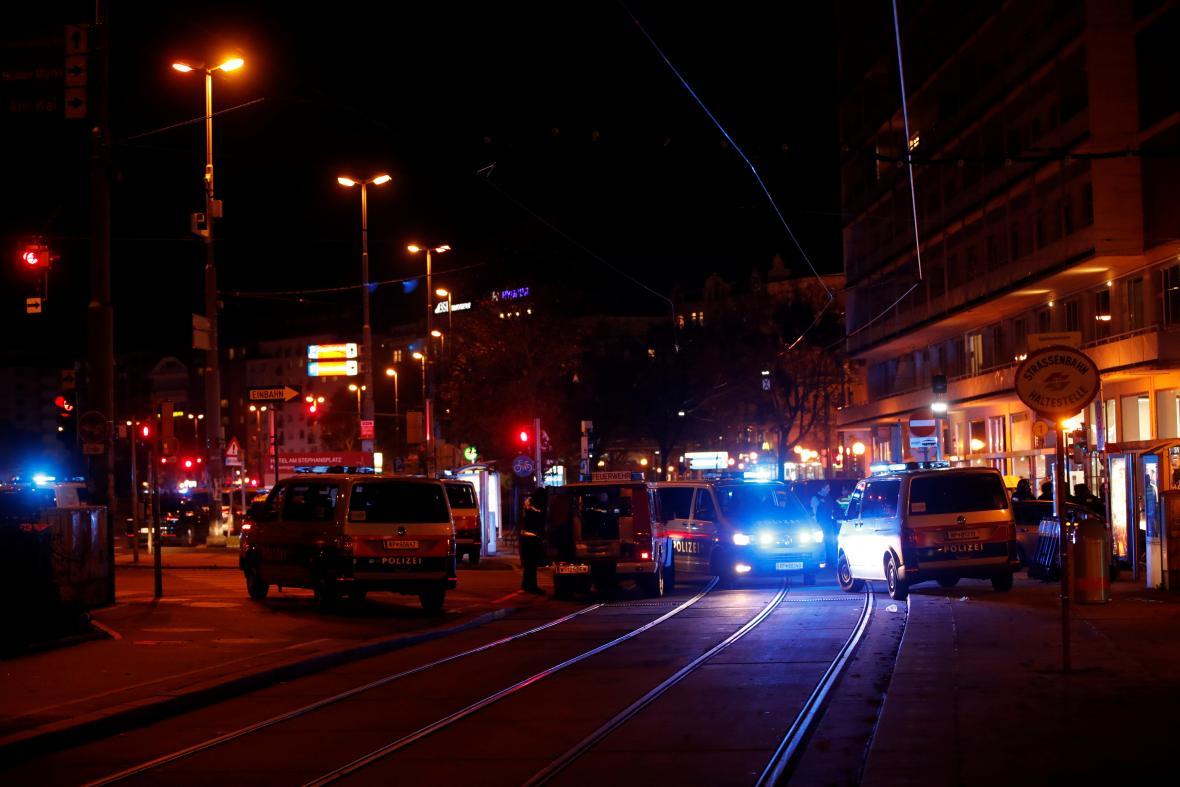 Policie zablokovala ulici poblíž náměstí Schwedenplatz