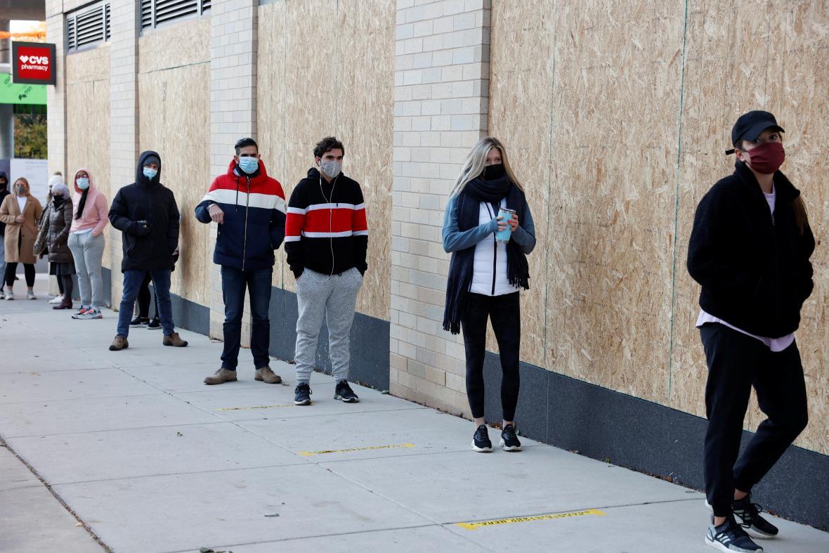 Američané dodržují rozestupy během čekání na vstup do volební místnosti ve Filadelfii