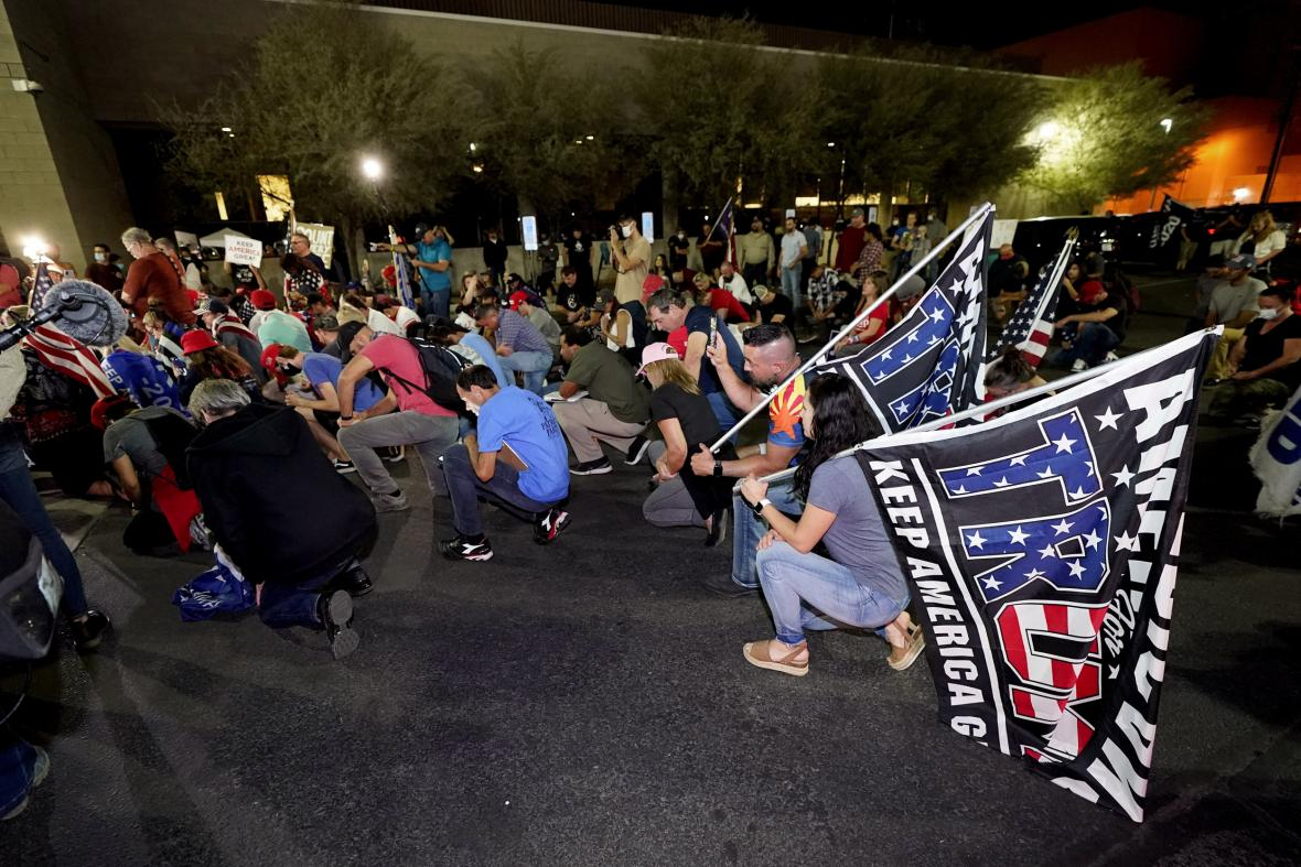 Demostrace před volební místností ve Phoenixu.