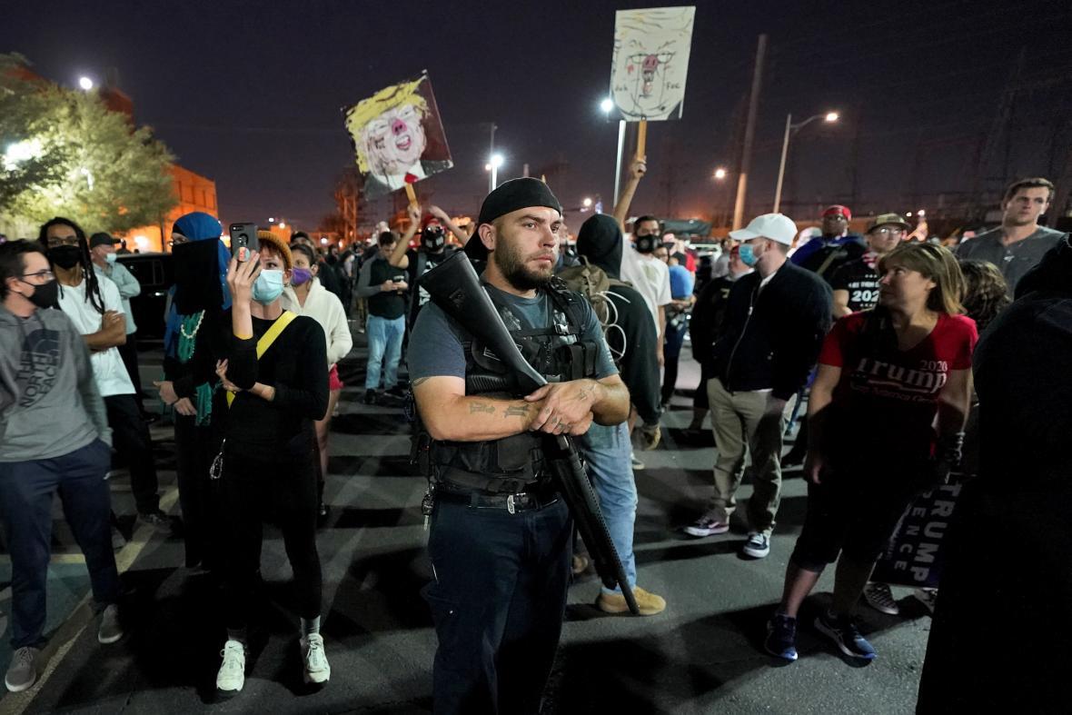 Demonstrace před volební místností ve Phoenixu. Lidé se zde dožadovali zastavení sčítání hlasů.