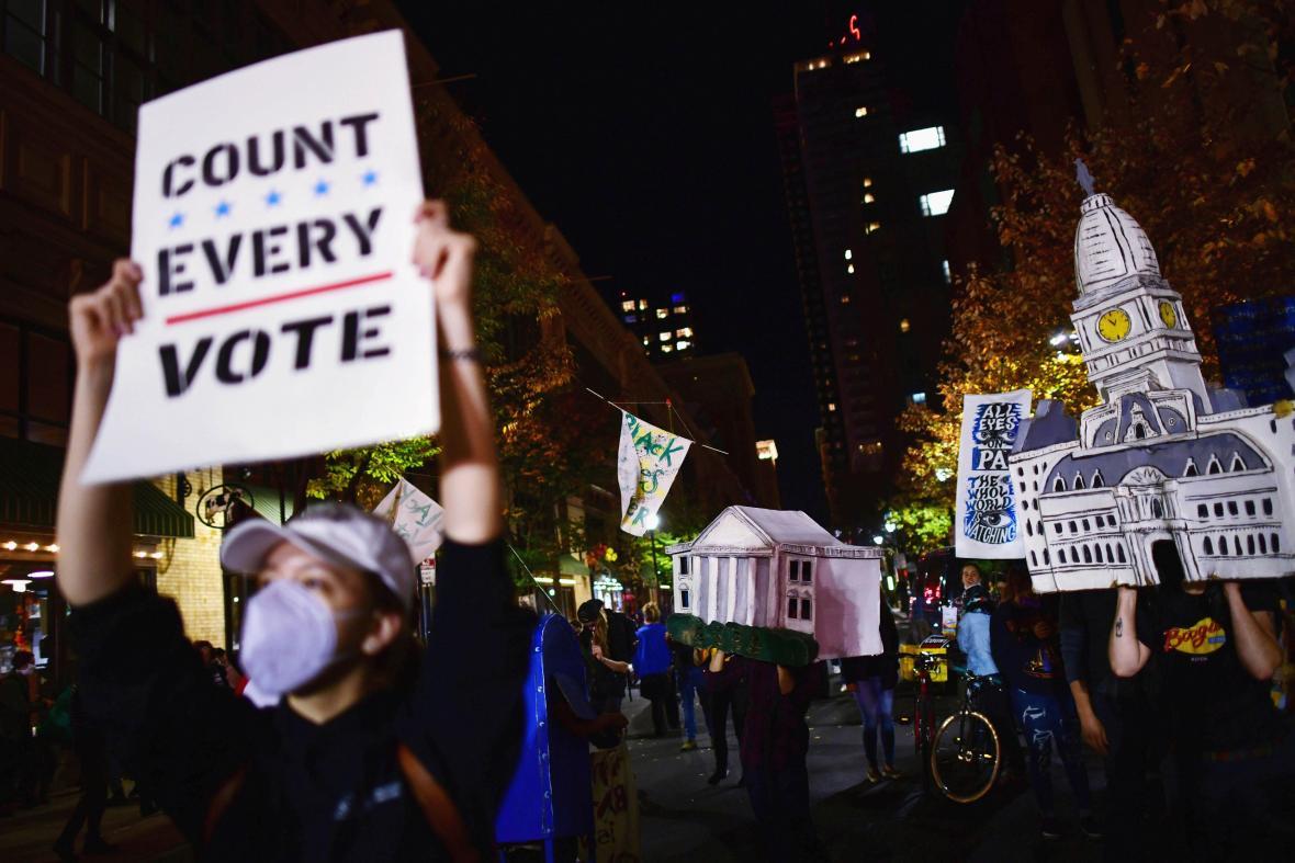 Atmosféra v amerických ulicích během sčítání hlasů prezidentských voleb