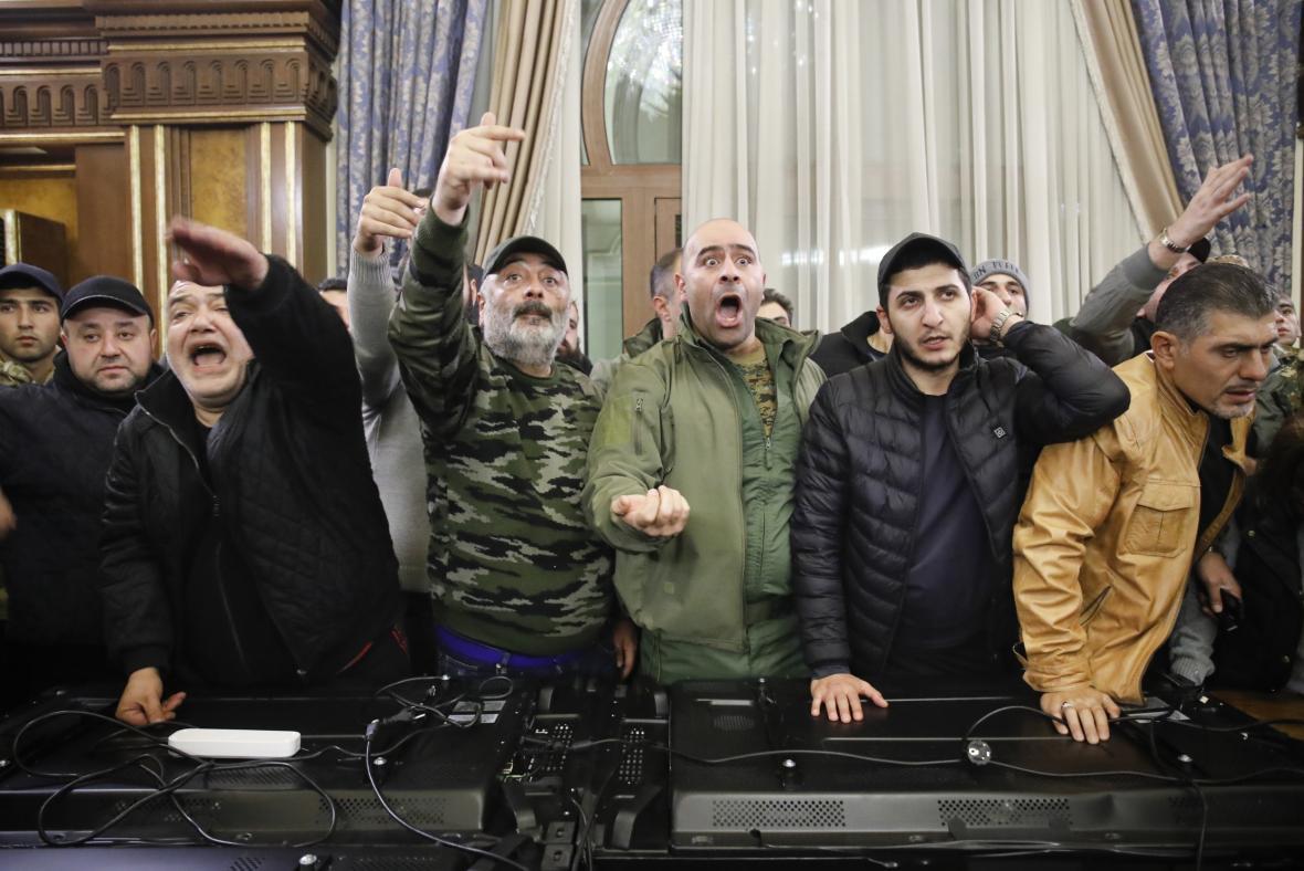 Demonstranti vtrhli do budovy Národního shromáždění Arménie