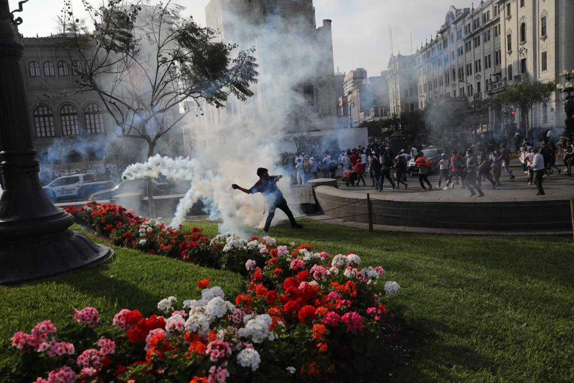 Peruánský parlament odvolal svého prezidenta. Do ulic Limy a dalších měst vyšly tisíce demonstrantů