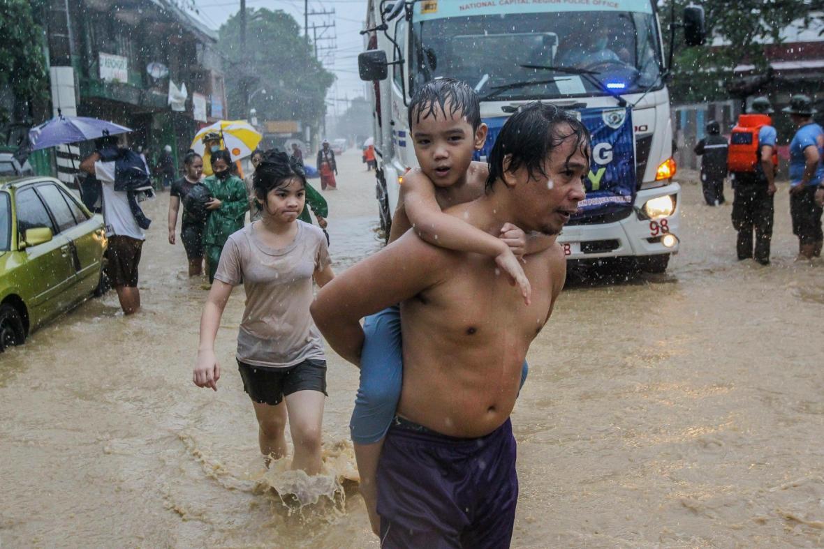 Obyvatelé Manily prchají před záplavami