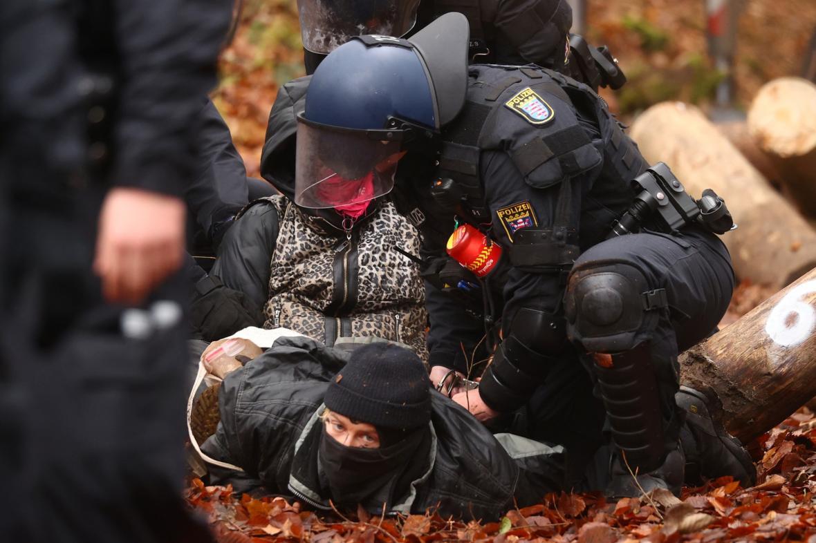 Aktivisté blokují v Německu výstavbu dálnice A49 v lese Dannenroeder