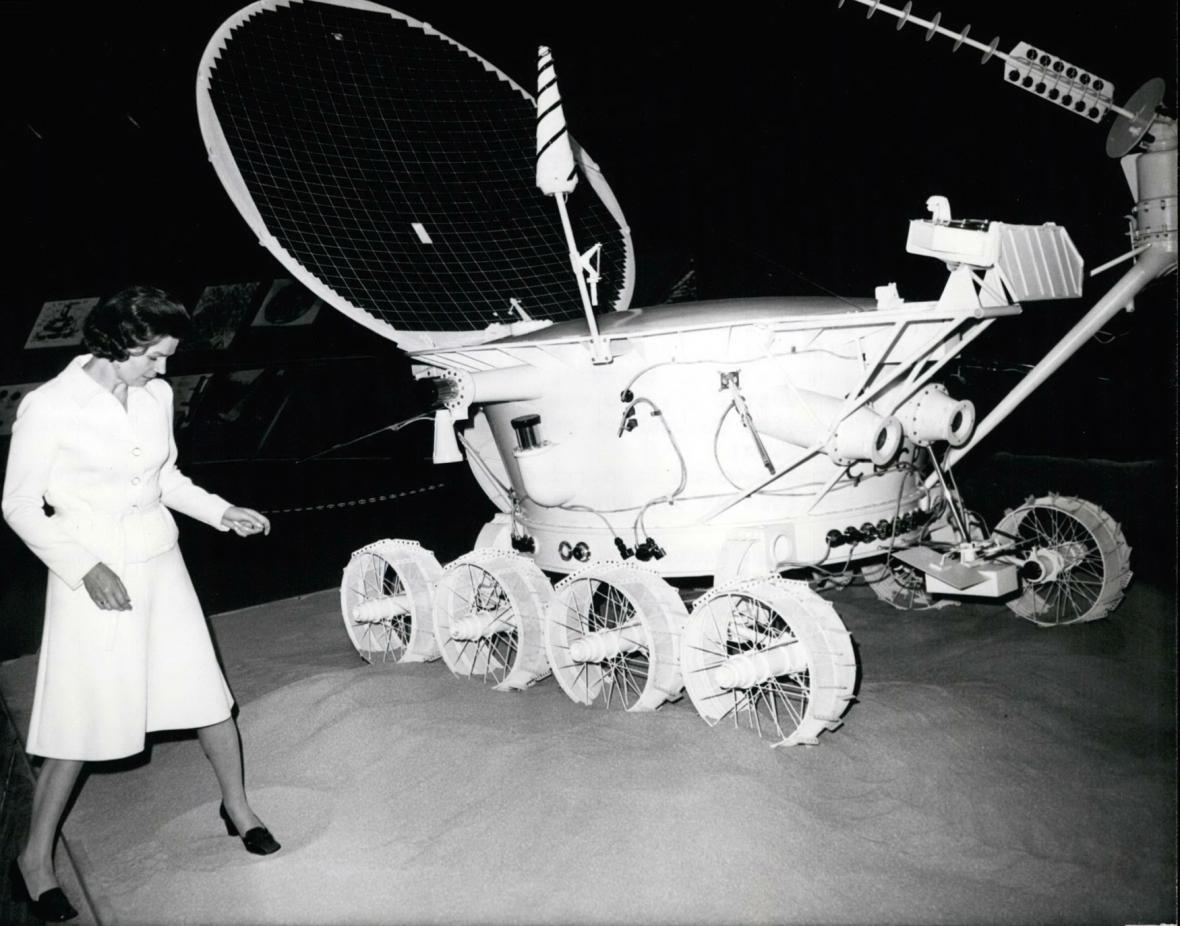 Sovětská kosmonautka Valentina Těreškovová vedle modelu Lunochodu 1