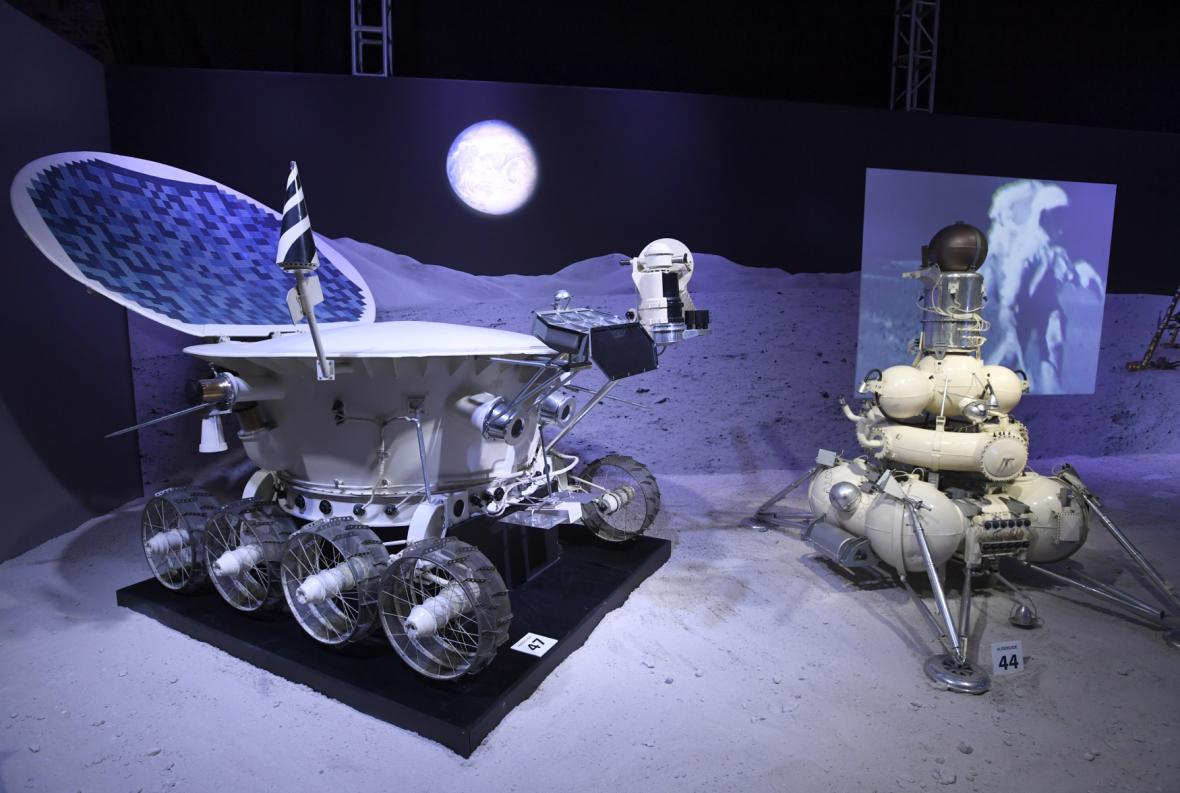 Model Lunochodu 1 vedle napodobeniny družice Luna na výstavě Cosmos Discovery v Praze