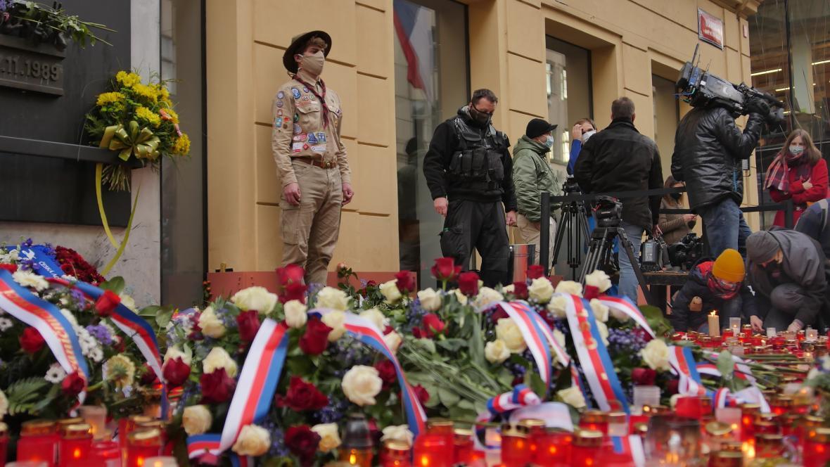 Tradičně stáli hlídku u památníku na Národní třídě skauti