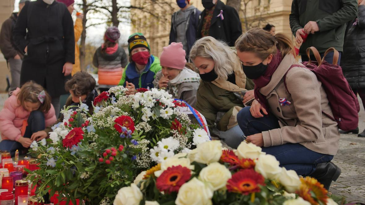 Pražský Albertov: V rouškách zavzpomínali na 17. listopad lidé na místě, odkud šel v roce 1989 průvod